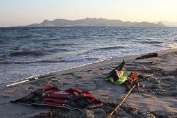 Arribada dels refugiats sirians a l'illa de Kos  Restes de material utilitzat en una arribada del dissabte a l'illa de Kos.