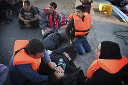 Arribada dels refugiats sirians a l'illa de Kos  Unes dones sirianes exhaustes després d'arribar al port de Kos en unes zòdiacs.