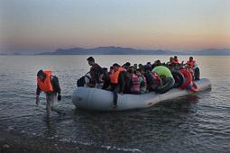 Arribada dels refugiats sirians a l'illa de Kos  Un grup de 60 sirians arriben amb una zodíac a una platja de l'illa de Kos.