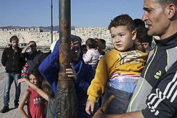 Arribada dels refugiats sirians a l'illa de Kos  Una família siriana espera a ser identificada al port de Kos.