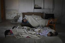 Arribada dels refugiats sirians a l'illa de Kos  Una família siriana dorm a l'entrada de l'hotel abandonat Captain Elias.