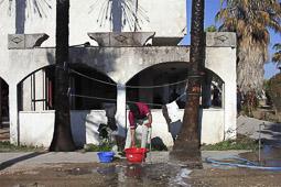 Arribada dels refugiats sirians a l'illa de Kos  Uns pakistanesos rentant la seva roba.