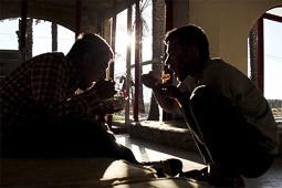 Arribada dels refugiats sirians a l'illa de Kos  Uns pakistanesos dinen a la recepció de l'hotel abandonat.