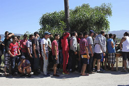 Arribada dels refugiats sirians a l'illa de Kos  Refugiats i immigrants fan cusa per rebre menjar fora de l'hotel.