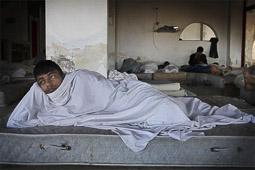 Arribada dels refugiats sirians a l'illa de Kos  Un pakistanès es lleva de bon matí a la recepció de l'hotel.