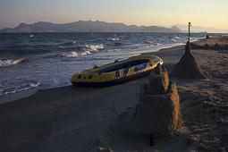 Arribada dels refugiats sirians a l'illa de Kos  Castells de sorra i una barca acabada d'arribar de Turquia.