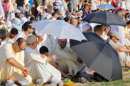 Les millors fotos de la setmana de Nació Digital   Els musulmans egarencs es reuneixen a Can Jofresa per celebrar el final del ramadà.</br> Foto: Cristóbal Castro