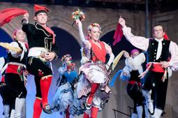 Les millors fotos de la setmana de Nació Digital L'Esbart Dansaire de Rubí enceta el XX Cicle de Representacions del Mite del Comte Arnau de Sant Joan de les Abadesses. </br> Foto: Marc Cargol