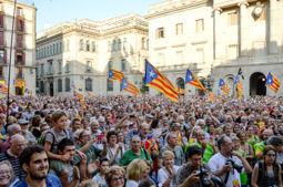Les millors fotos de la setmana de Nació Digital La plaça Sant Jaume s'omple en suport del 27-S</br> Foto: Marina Bou