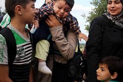 El drama dels refugiats sirians, a la frontera de Macedònia Una família siriana espera poder travessar la frontera (24 d'agost). Foto: Sergi Cámara
