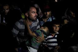 El drama dels refugiats sirians, a la frontera de Macedònia Una família siriana espera a la frontera de Grècia-Macedònia (25 d'agost). Foto: Sergi Cámara