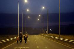 El drama dels refugiats sirians, a la frontera de Macedònia Una família siriana camina per arribar a la frontera aquesta matinadaUna família siriana espera a la frontera de Grècia-Macedònia (25 d'agost). Foto: Sergi Cámara