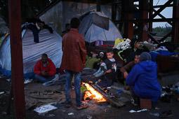 Refugiats sirians a la frontera Sèrbia-Croàcia Una família de sirians passa la nit a l'estació de tren de Tovarnik per esperar el tren de l'endemà. Foto: Sergi Cámara
