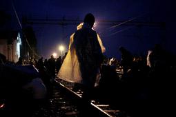 Refugiats sirians a la frontera Sèrbia-Croàcia Un refugiat passa la nit a l'estació de tren sota la pluja per tal d'esperar el tren del matí que el durà cap a la frontera d'Hongria. Foto: Sergi Cámara