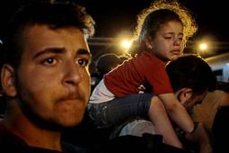 Refugiats sirians a la frontera Sèrbia-Croàcia Una família espera desesperada poder pujar al tren que els durà cap a Hongria. Foto: Sergi Cámara