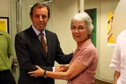 Muriel Casals, tota una vida de lluita 07/07/2010. Muriel Casals amb el president del FC Barcelona, Sandro Rosell, després de fer-se soci d'Òmnium. Foto Pere Francesch.