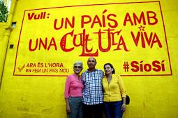 Muriel Casals, tota una vida de lluita 12/10/2014. Muriel Casals, Lluís Llach i Carme Forcadell, al Poblenou del Delta, davant d'un mural amb la inscripció: «Volem un país amb una cultura viva». Foto: Roger Segura.