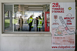 Les millors fotos de la setmana de Nació Digital <a href='http://www.naciodigital.cat/osona/noticia/50370/mil/persones/fan/costat/joan/coma/vic/clamen/llibertat/expressio'>Agents dels Mossos d'Esquadra es desplacen a les instal·lacions del Club Patí Vic per prendre declaració a treballadors, jugadors i directius de l'entitat esportiva en el marc de l'operació contra el presumpte pagament irregular de sous.</a></br> Foto: Adrià Costa