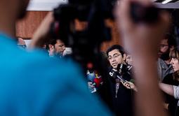 Les millors fotos de la setmana de Nació Digital <a href='http://www.naciodigital.cat/noticia/107365/colau/repren/negociacio/amb/cup/sense/garanties/aprovar/comptes'>El govern d'Ada Colau no vol renunciar a aprovar els pressupostos amb la CUP. El primer tinent d'alcalde de Barcelona, Gerardo Pisarello, anuncia que han reiniciat la negociació amb la formació de l'esquerra independentista.</a></br> Foto: Adrià Costa