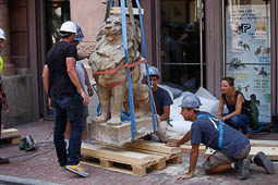 Les millors fotos de la setmana de Nació Digital <a href='http://www.naciodigital.cat/latorredelpalau/galeria/1079/desmantellament/dels/grups/escultorics/teatre/principal'>Retirada de les escultures de la façana del Teatre Principal de Terrassa. </a></br> Foto: Cristóbal Castro
