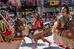 Les millors fotos de la setmana de Nació Digital <a href='http://www.naciodigital.cat/naciofotos/galeria/14807/festes/tura/2016/ball/placa/major'>Ball de la farandula a les Festes del Tura d'Olot..</a></br> Foto: Martí Albesa
