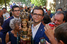 Les millors fotos de la setmana de Nació Digital <a href='http://www.naciodigital.cat/bergueda/noticia/7189/centenars/berguedans/surten/trenc/alba/cap/queralt/acomiadar/mare'>El Centenari de la Coronació de la Mare de Déu de Queralt ha arribat al seu final. La Verge ha pujat des de Berga sobre les espatlles de desenes de persones fins al santuari, on berguedans de ciutat i comarca l'han aclamat i acompanyat. ..</a></br> Foto: Aida Morales