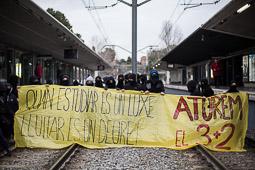 Barricades a la UAB en una nova vaga d'estudiants