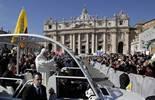 De Benet XVI a Francesc I, en 20  imatges 27 de febrer: El Papa Benet XVI arriba a la plaça de Sant Pere del Vaticà amb el tradicional papamòbil.