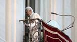 De Benet XVI a Francesc I, en 20  imatges 28 de març: El Papa Benet XVI apareix per última vegada al balcó de la seva residència d'estiu a Castelgandolfo, al sud de Roma.