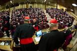 De Benet XVI a Francesc I, en 20  imatges 4 de març: Els cardenals, reunits en la Congregació General, a la Sala Nova del Sínode de Bisbes, al Vaticà