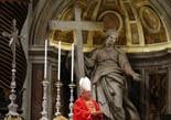 De Benet XVI a Francesc I, en 20  imatges 12 de març: El degà del Col·legi Cardenalici, Angelo Sodano, durant la cerimònia prèvia al conclave a la basílica de Sant Pere del Vaticà, on ha fet ha fet una crida a la unitat de l'Església i ha demanat tot el suport cap al nou pontífex.