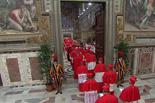 De Benet XVI a Francesc I, en 20  imatges 12 de març: Cardenals entrant per la porta de la Capella Sixtina per començar el conclave per escollir el successor del Papa Benet XVI.