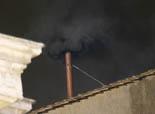 De Benet XVI a Francesc I, en 20  imatges 12 de març: Fumata negra en la primera jornada del conclave per elegir el successor de Benet XVI.