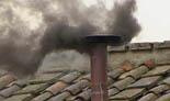 De Benet XVI a Francesc I, en 20  imatges 13 de març: La xemeneia de la Capella Sixtina ha expulsat fum negre per segon dia consecutiu.Els cardenals no troben un nom de consens en l'inici de la segona jornada del conclave.