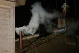De Benet XVI a Francesc I, en 20  imatges 13 de març: Fumata blanca a la xemeneia de la Capella Sixtina.