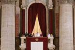 De Benet XVI a Francesc I, en 20  imatges 13 de març: El Papa Francesc saluda des del balcó de Sant Pere del Vaticà en la seva primera compareixença.
