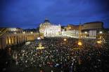 De Benet XVI a Francesc I, en 20  imatges 13 de març: La plaça de Sant Pere del Vaticà plena de gom a gom.