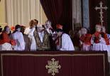 De Benet XVI a Francesc I, en 20  imatges 13 de març: El Papa Francesc al balcó de Sant Pere del Vaticà després de ser escollit.