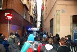 Dessallotgen el nou Casal Popular de Gràcia. Els joves han cridat consignes de suport als que encara quedaven dins l'edifici.
