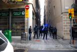 Dessallotgen el nou Casal Popular de Gràcia. La Brimo ha impedit el pas de la gent al carrer de Jesús.