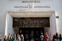 Eleccions andaluses 2015 Estudiants de Ciències Polítiques de la Universitat de Granada a l'entrada de la facultat.