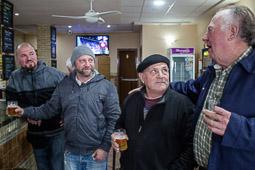 Eleccions andaluses 2015 Els tres membres de la família Marín conversen amb l'Antonio, al bar Periquito de Rota, Cadis.