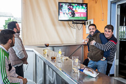 Eleccions andaluses 2015 Un grup de persones segueix el partit del Betis des d'un bar de Marinaleda.