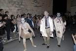 Festival de Cinema Fantàstic de Sitges 2011 Moment de la Zombie Walk, amb tres participants disfressats de mort vivent i gent d'espectador. La Zombie Walk és un dels actes paral·lels al  Festival.