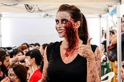 Festval Internacional de Cinema Fantàstic de Sitges 2014 (II) 04/10/2014 Una noia després de ser maquillada de zombi a la platja de Sant Sebastià.