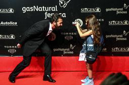 Festval Internacional de Cinema Fantàstic de Sitges 2014 (II) 09/10/2014 L'actor Antonio Banderas deixant-se fotografiar per una nena al Festival de cinema de Sitges.