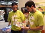 Fira De Tot CAT a Girona Els redactors de Comiccat.cat mostre un dels productes que es pot trobar a l'estand de la fira mercat.