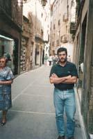 Aquella primera ERC independentista Joan Puigcercós, secretari general de les JERC i diputat al Parlament, a l'època Colom. La foto és al carrer dels Argenters, de Vic, el 1989.