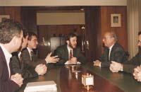 Aquella primera ERC independentista Àngel Colom, de visita a la seu central de Caixa Manlleu, parlant amb el seu president, Martí Oller.