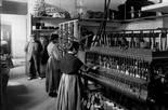 «El món del treball a la Catalunya del primer terç del segle XX» Obreres treballant als tallers de la Casa Provincial de Caritat, juliol de 1911. Foto: Fons Brangulí